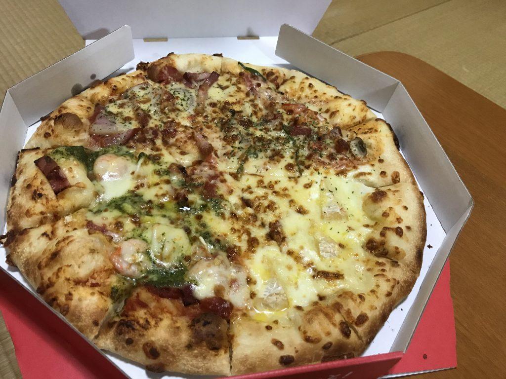 1枚で「とろける4種チーズのフォルマッジ」「ピザハット・グルメ」「バジルシュリンプ」「厚切イベリコ&イタリアントマト」の4種類を味わえる濃厚デリシャス4